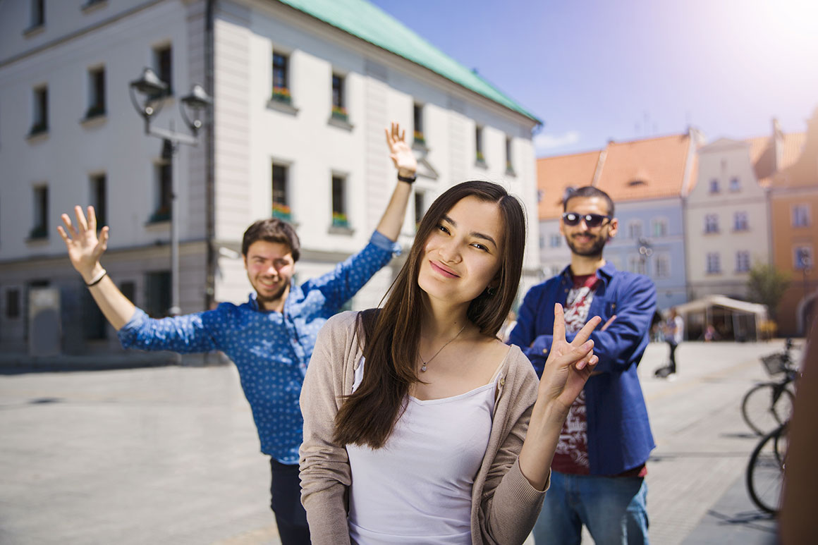 Studenci okazujący zadowolenie i radość