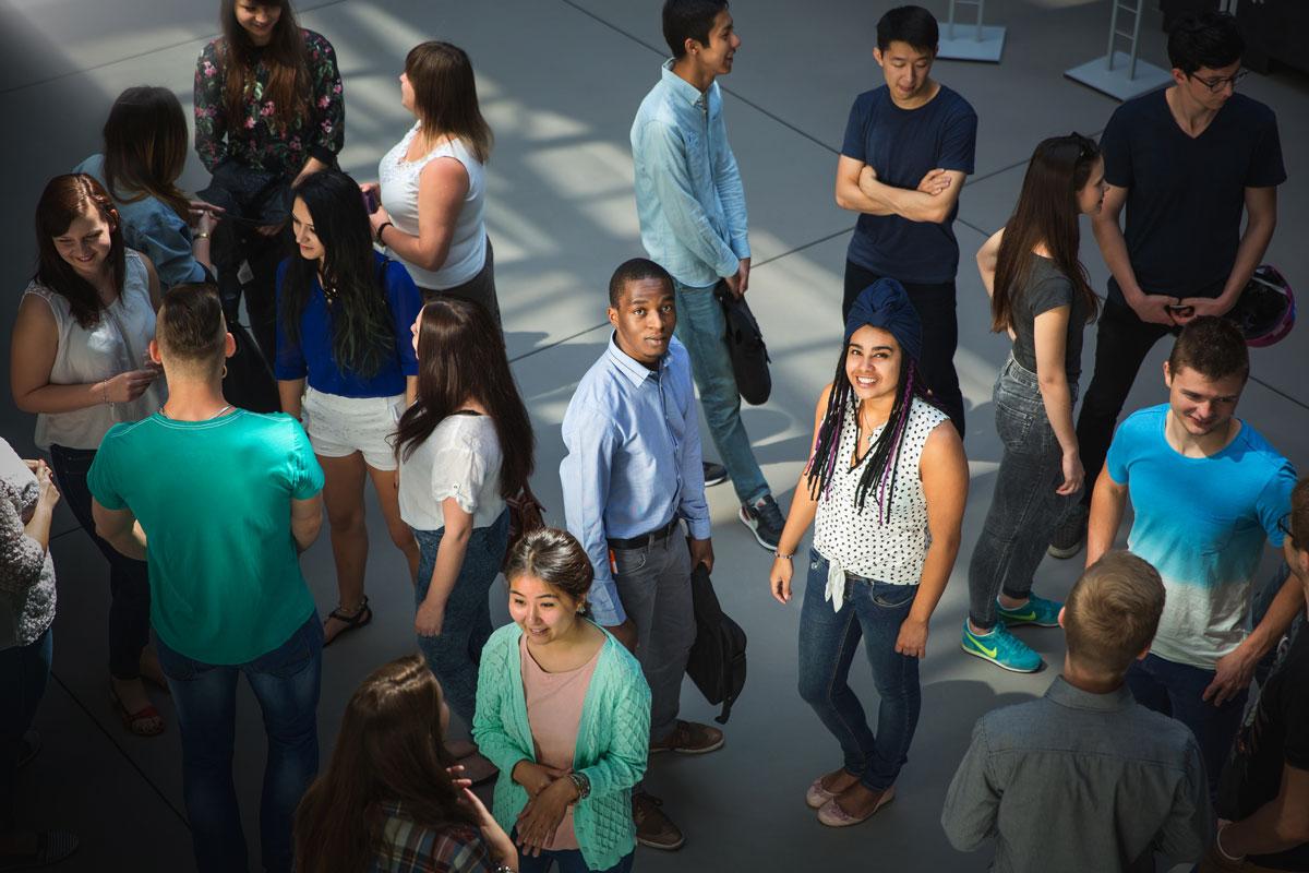 Studenci stojący w holu